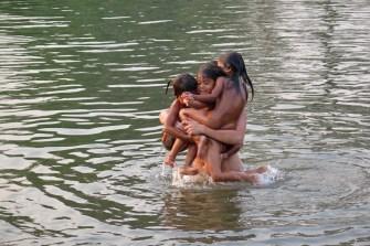 Tania qui porte trois petites filles