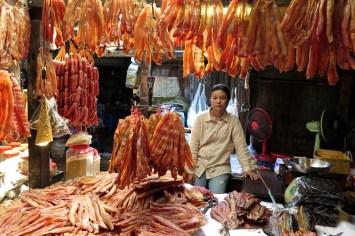 Vendeuse viande marché russe Phnom Penh Cambodge blog voyage 17