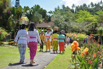 Familles venant faire des offrandes dans le temple