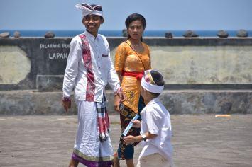 Jeunes Balinais à une cérémonie