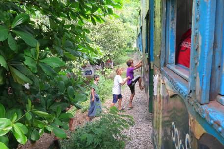 Gare train circulaire Yangon-Myanmar-Birmanie-blog-voyage-2016 20