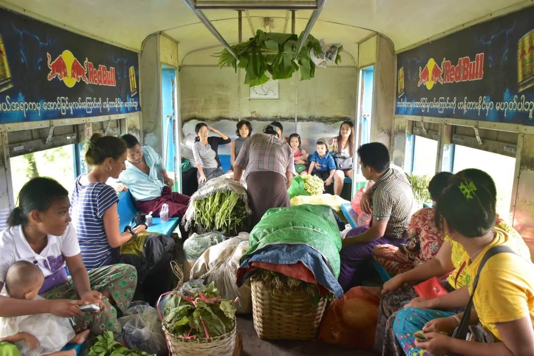 Chargement marché Yangon-Myanmar-Birmanie-blog-voyage-2016 29