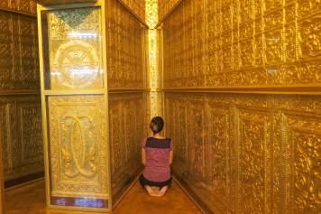 En pleine méditation à l'intérieur du stûpa
