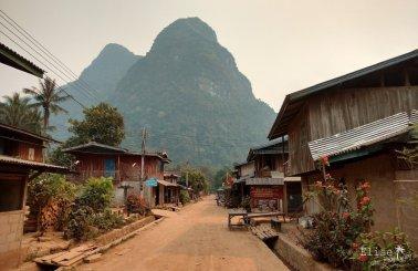 La rue principale de Muang Ngoi, au Nord Laos