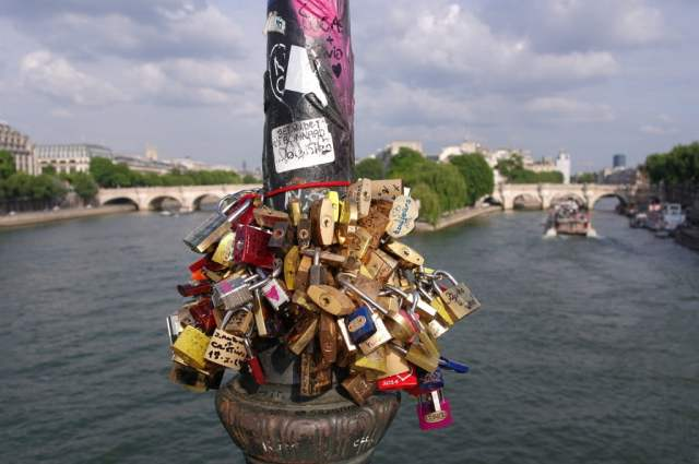 Love locks on lamposts - Pont des Arts