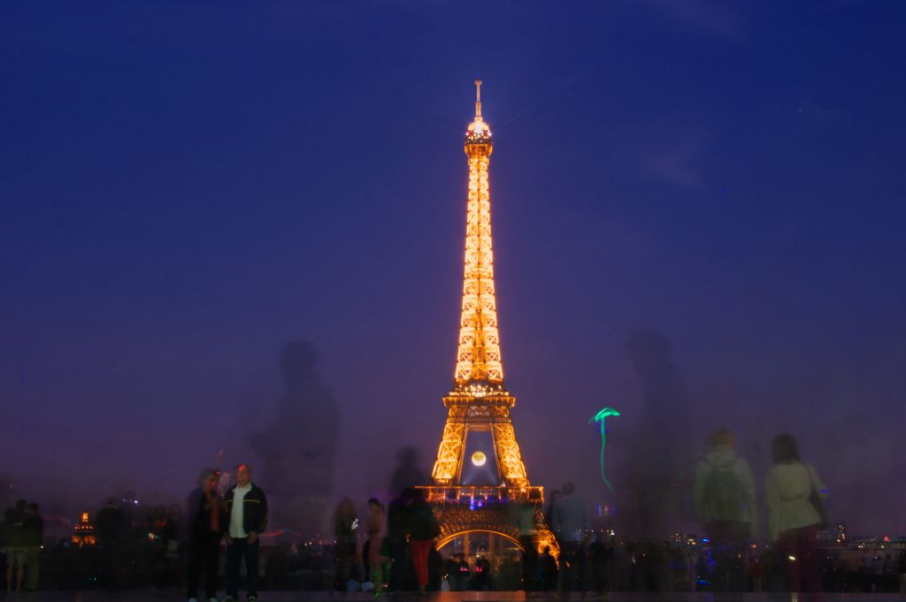 Tips & Ideas For Photographing the Eiffel Tower at Night