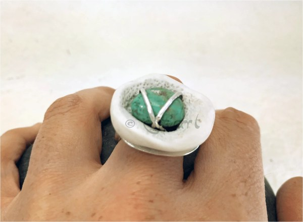 Contemporary ring made from white porcelaine, turquoise and silver by Elizart