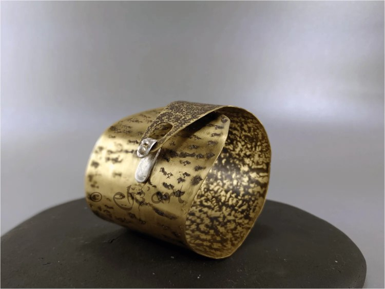 Brazalete de laton con plata, estilo bohemio hecho por Eliz'art
