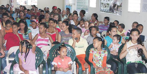 Vista parcial de los niños que fueron beneficiados por la institución. Fotos Víctor A. Cruz Then.