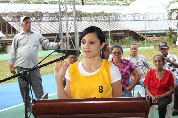 La destacada atleta selección nacional de voleibol Arlette Lora realiza el juramento deportivo.