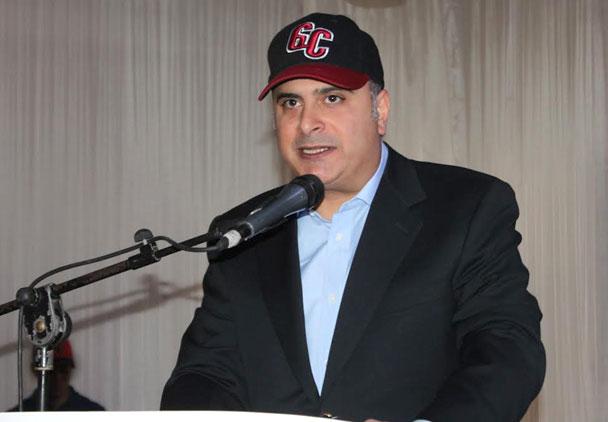 El presidente de los Gigantes del Cibao Licenciado Samir Rizek Sued coloca la banda a la nueva madrina del equipo Idelisa Almánzar