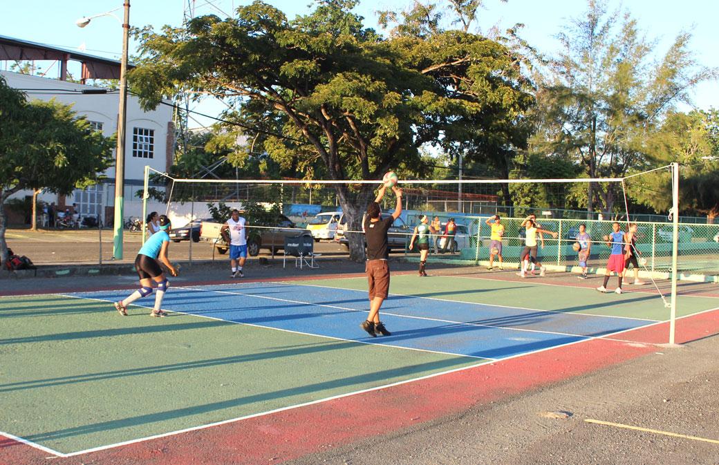 Área de voleyboll, balonmano y baloncesto.