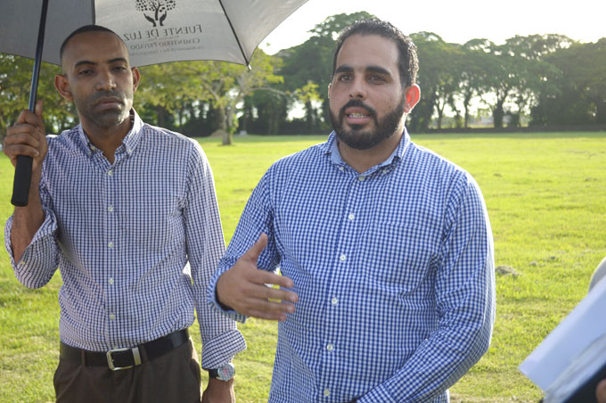Señor Loendy Tiburcio funcionario de Fuente de Luz Memorial Park responde preguntas