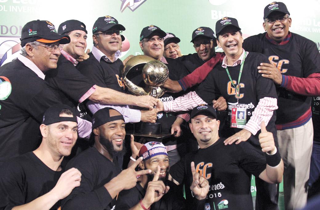 Parte de los fundadores originales del equipo levantan la copa de campeón de la temporada 2014-2015 junto a los hermanos Samir y Héctor José Rizek.
