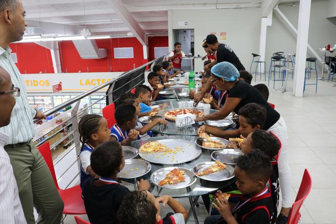 Los niños fueron agasajados con un brindi de pizza, patrocinado por el señor Cesarin Ceballos.