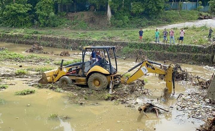 Equipos pesado se adelantan a la limpieza del puente que comunica la comunidad de Mirabel.