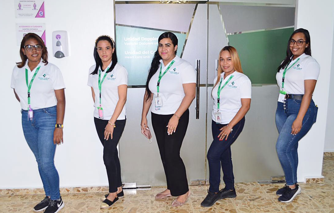 La jóvenes forman parte el equipo de servicio personal del centro de salud.
