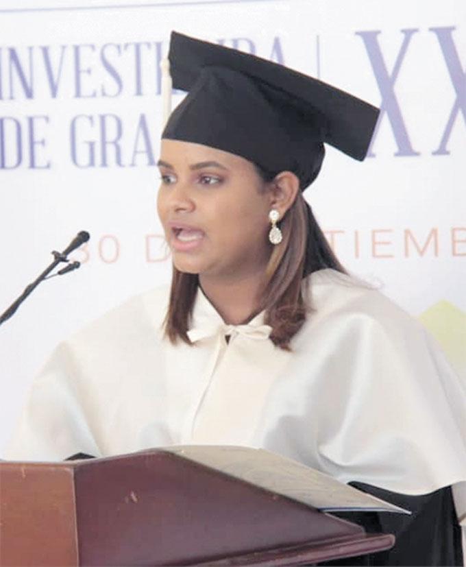 ❏ Michelle Vélez Alvarado, de  Educación mención Filosofía y Letras alcanzó la puntuación más alta 94.3, tuvo a su cargo las palabras en nombre de los graduandos.