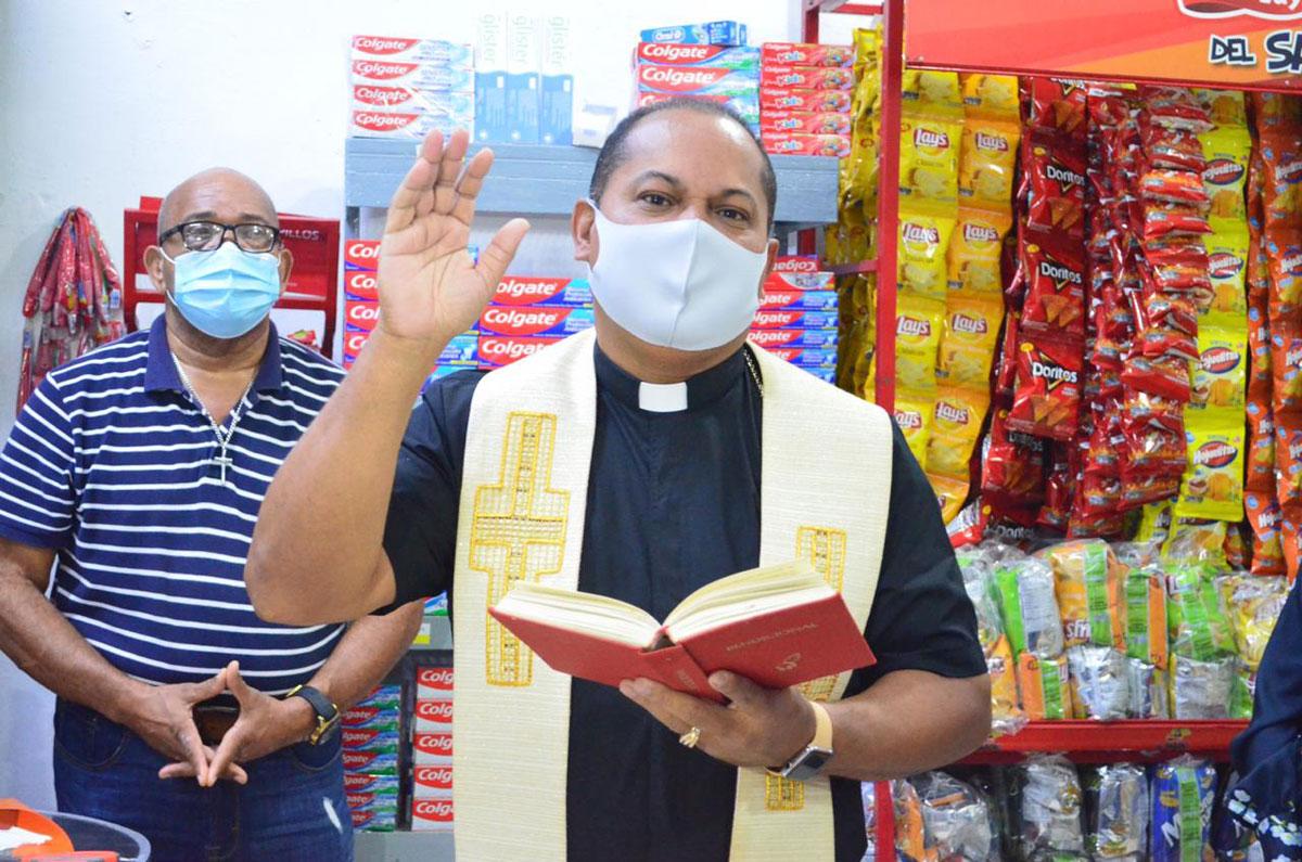 Reverendo Padre Aridio Vicioso, realizó la bendición del establecimiento comercial.