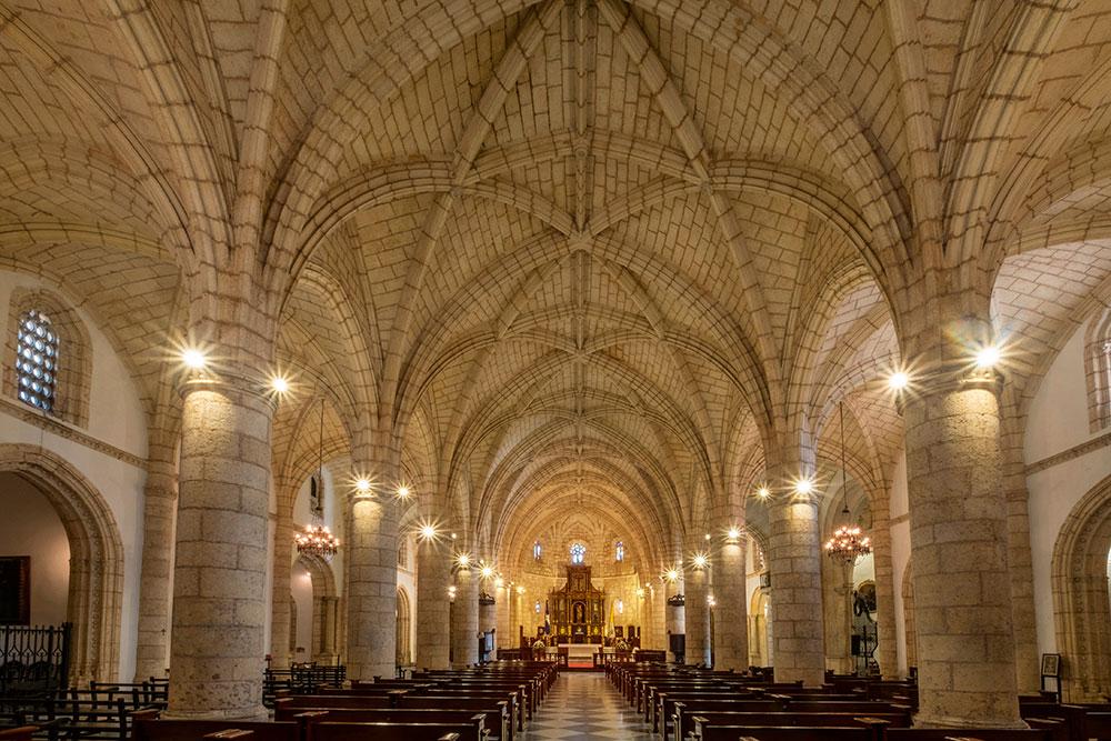 Bóvedas nervadas en el interior de la catedral de Santo Domingo.