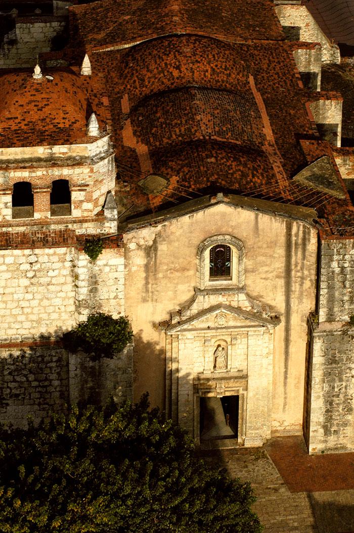 Fachada principal y exterior de bóvedas de la iglesia del convent de Nuestra Señora de las Mercedes.