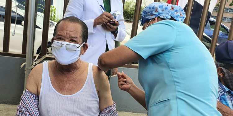 El alcalde Siquio Ng de la Rosa, recibe primera dosis de la vacuna.