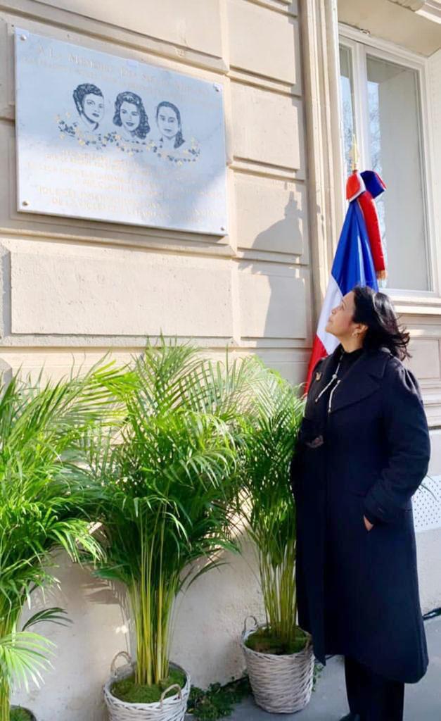 Minou Tavárez Mirabal, observa la placa en honor a su madre Minerva y sus tias Maria Teresa y Patria Mirabal en la ciudad de Paris, Francia.