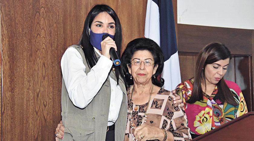 Judith Cury junto a doña Altagracia Hidalgo de Vargas.