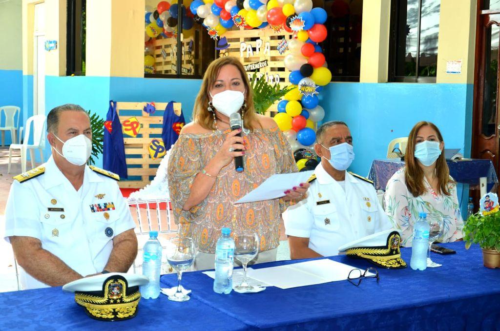 LA PRESIDENTA DE LA ASOCIAACION DE ESPOSAS DE OFICIALES DE LA ARMADA DE REPUBLICA DOMINICANA, SEÑORA JOSELINE VÁSQUEZ DE BETANCES