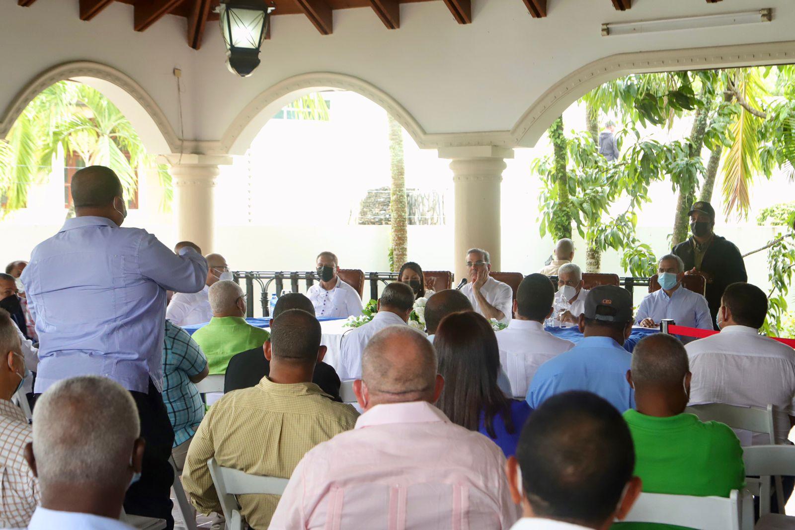Posteriormente el presidente Abinader encabezó un encuentro con productores del sector agropecuario de la provincia Sánchez Ramírez.