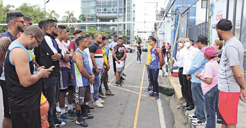 Con motivo de las tradicionales fiestas de Santa Ana 2021, la Federación de Voleibol de la Provincia Duarte que dirige José Augusto Morel organizó un torneo de voleibol en la modalidad tres por tres en la calle 27 de Febrero frente al Ayuntamiento y el Parque Duarte.