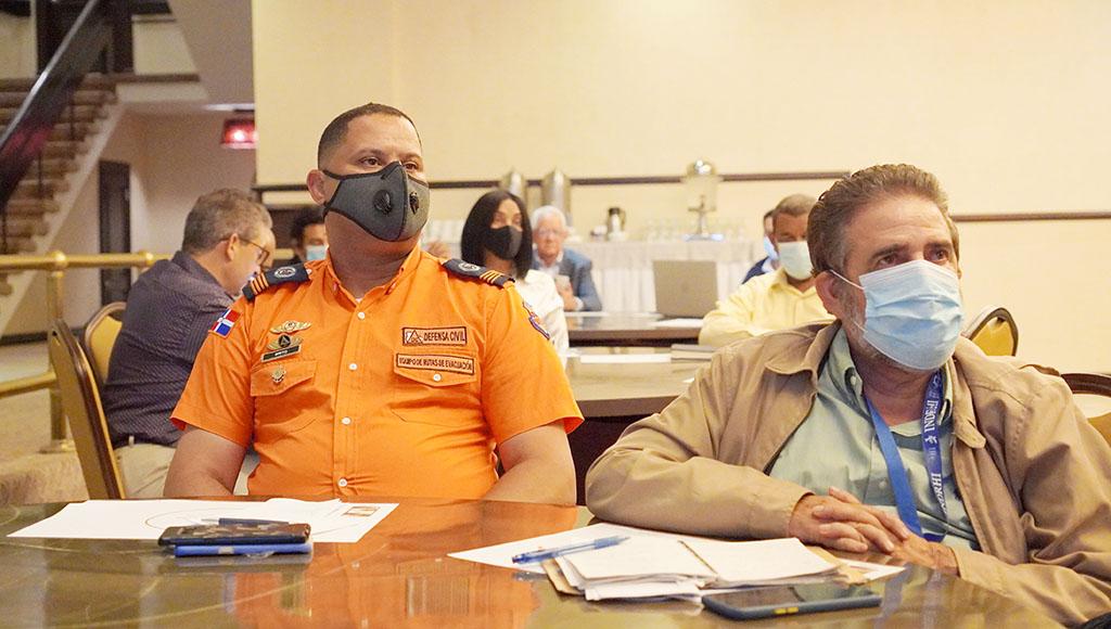 Representante de la Defensa Civil y el Ing. Fausto Colón del INDRHI