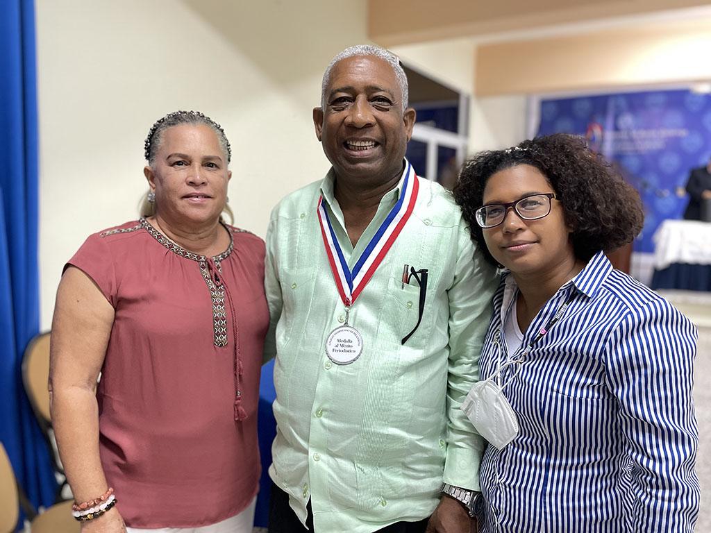 El periodista Andrés Javier, acompañado de su esposa e hija estuvo entre los meritorios de la comunicación.