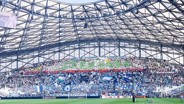 جمهور نادي مارسيليا الفرنسي يرفع تيفو باسم الجزائر باللغة العربية 25