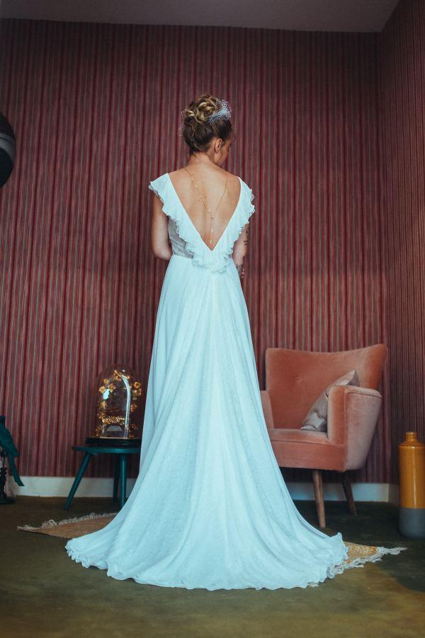 Elsa Gary 2020 - Modèle Gwen - Robe de mariée fluide en mousseline crêpe et dentelle de calais - Boutique Elle a dit Oui by Elsa Gary Caen