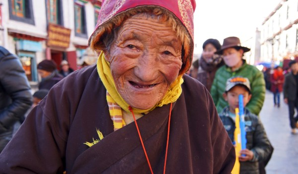 Lhasa: portrait of an old lady at Barkhor Street