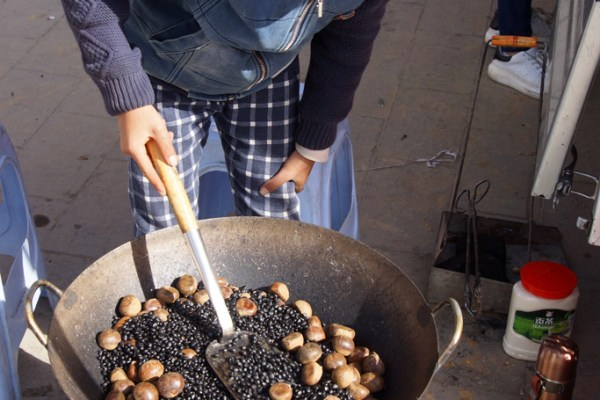 Songpan Ancient Town: chestnuts roasting