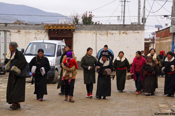 Pilgrims visit Rongwu Monastery at Rebkong (Tongren)