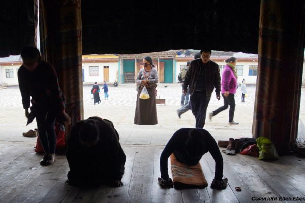 Prostrating pilgrims at Rongwu Monastery