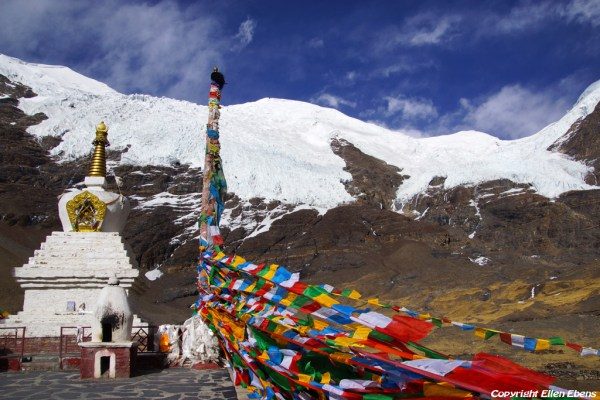Stupa at the Karo La Pass (4960m) with the glaciers of the Nojin Kangtsang mountain