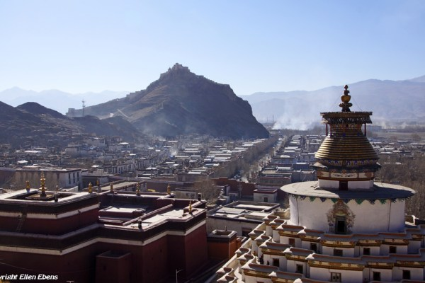 Looking out over the Pelkor Chöde Monastery with the Gyantse Kumbum stupa. In the background is the Gyantse Dzong.