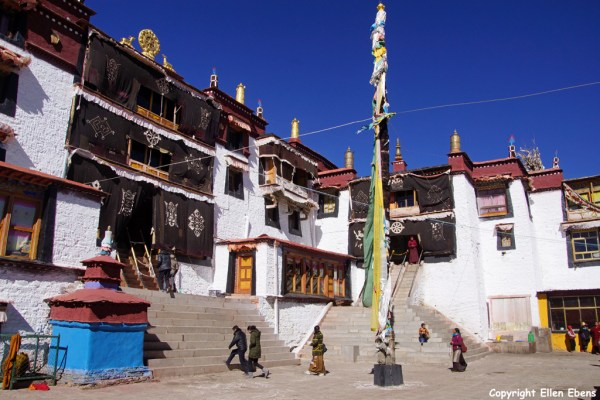 Samding Monastery near the town of Nagartse