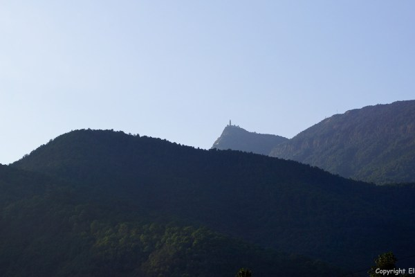 Jizu Shan (Jizu Mountain) with the top of the mountain, Tianzhu Peak (3.240m), where the Jinding Temple with the Lengyan Pagoda is