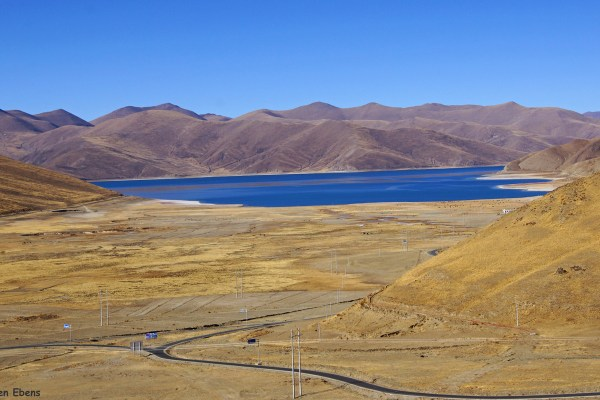 Yamdrok Tso Lake seen from an alternative but also high pass (4,705 meters).