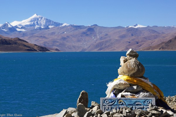 Back on the normal road and driving along the horelines of Lake Yamdrok Tso with at the background Mount Nonjing Katsang