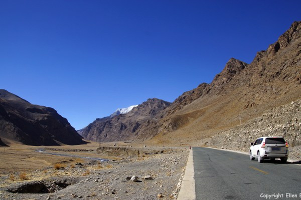 Driving up to the Karo La Pass