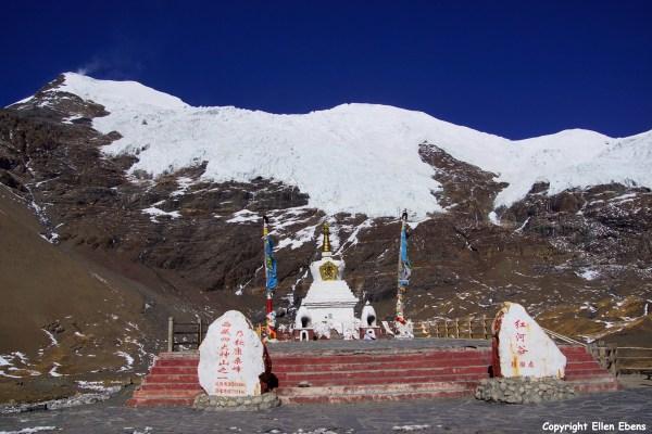 At the Karo La pass with the Nojin Kangsang glacier