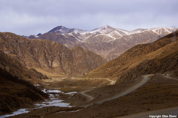 Driving down from the Chak La pass (4,850 meter)