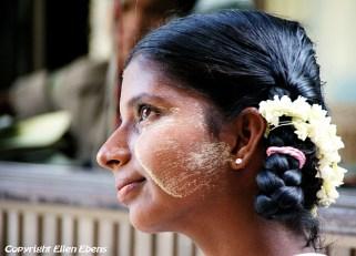 Yangon: beautiful girl visiting the Sule-pagoda