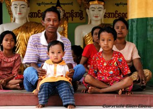 Yangon: family visiting the Sule-pagoda